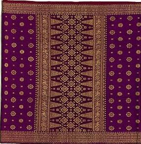 Kain songket merupakan salah satu kerajinan tangan asli Riau yang populer  dan sering diburu oleh orang yang bepergian ke Riau. 3ed9253995